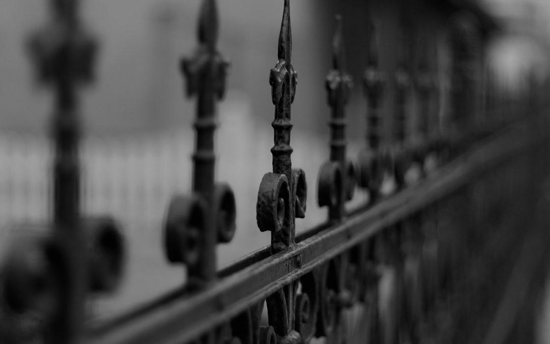 Металлический забор: как ухаживать