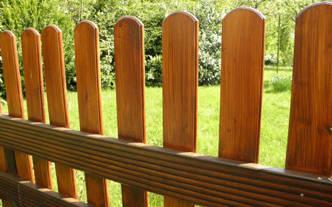 Деревянный забор: как ухаживать